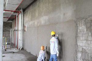 xử lý bề mặt trước khi trát tường